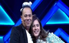 In an off-air scene, Aum leans on SenaHoy's shoulder